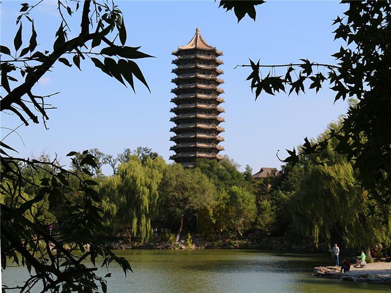 北京大学未名湖和博雅塔